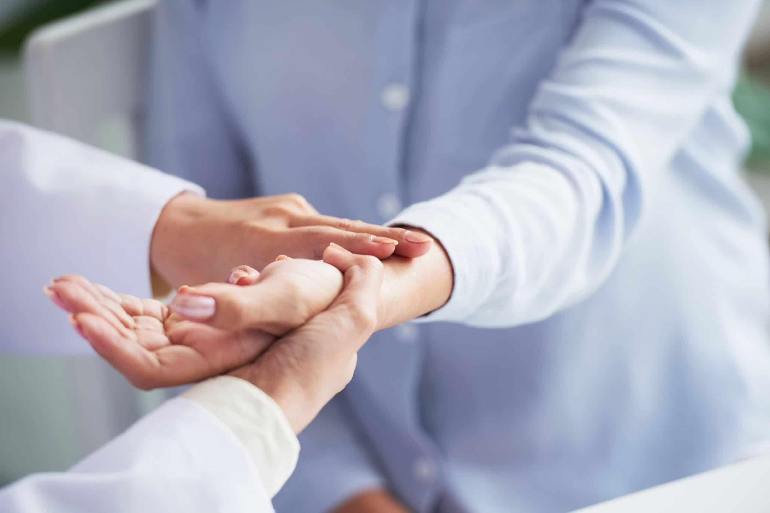 dottore esamina polso per emogasanalisi