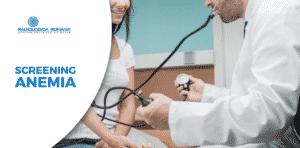 dottore misura la pressione a paziente
